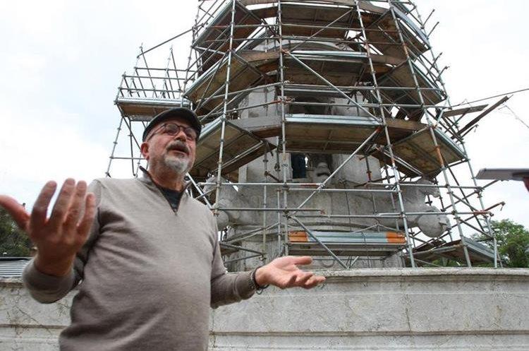 El restaurador Miguel de los Reyes explica el proceso de los trabajos de restauración del monumento. (Foto Prensa Libre: Álvaro Interiano)