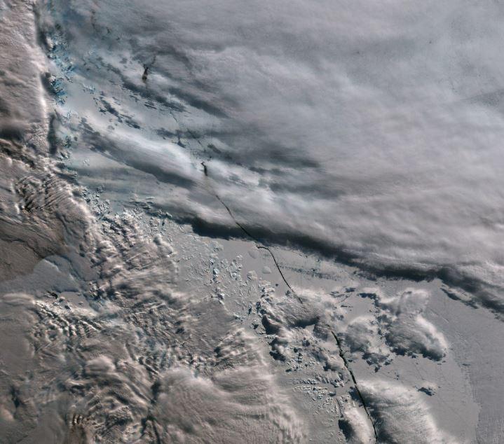 La imagen satelital muestra un inminente desprendimiento de una barrera de hielo en la Antártida. (Foto Twitter: @prensaantartica).