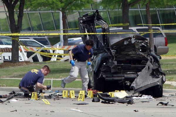 La Policía inspecciona el vehículo donde llegaron los dos atacantes que pretendían asesinar a los asistentes a la exposición. (Foto Prensa Libre: AFP).