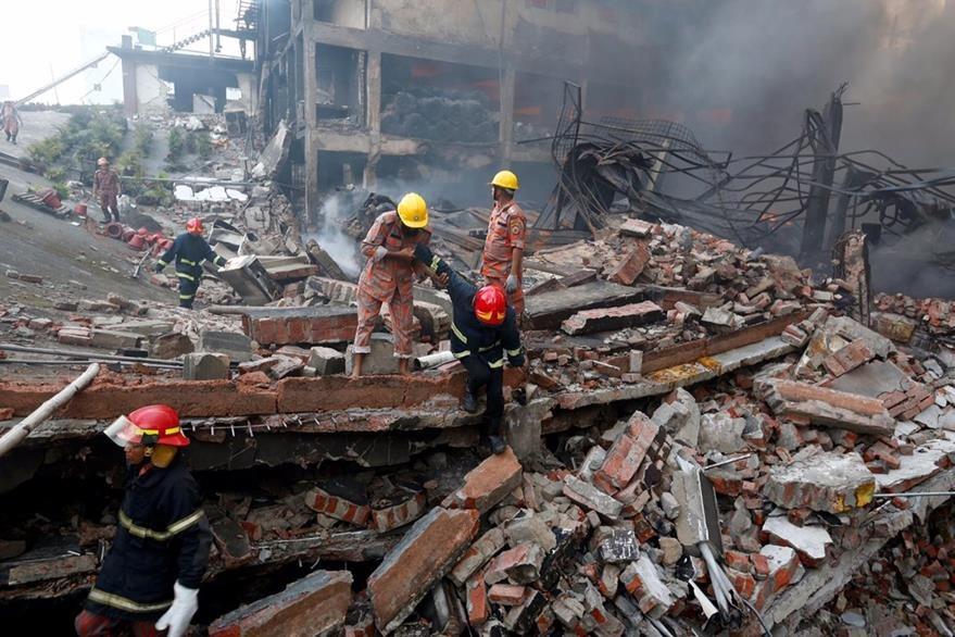 Rescatistas buscan a víctimas. (AP)