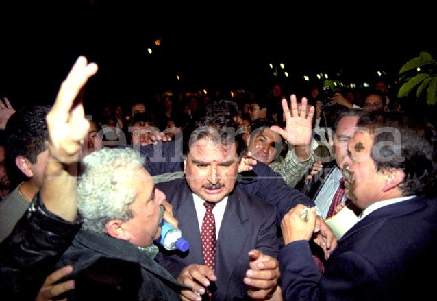 Entre insultos, lodo y piedras fue despedido el candidato del FRG, Alfonso Portillo de la USAC el 01/09/1999. (Foto: Hemeroteca PL)