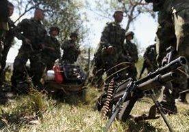 <p>Soldados colombianos durante una operación contra las Farc. (Foto Prensa Libre: AFP).</p>