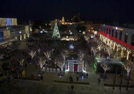 La plaza Manger está decorada con motivos navideños, cerca de la iglesia de la Natividad, en Belén. (EFE)