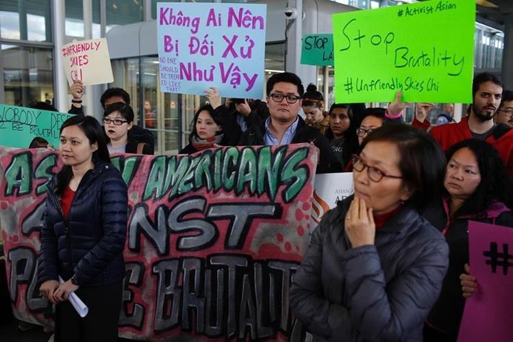 Un grupo protesta por el proceder de la aerolínea United que expulsó a un pasajero