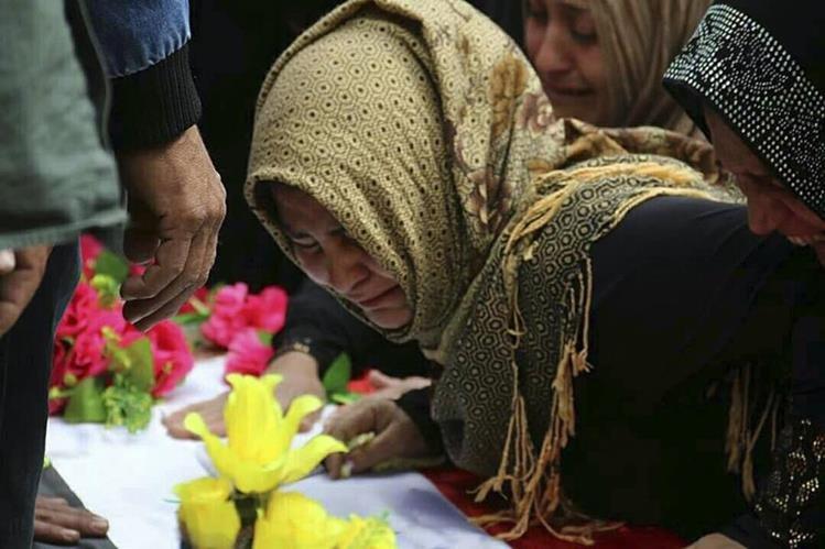 El llanto y dolor de familiares de la niña que murió en el ataque químico del EI. (Foto Prensa Libre: AP).