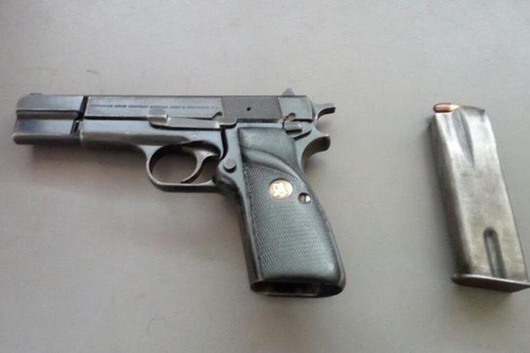 Arma de fuego incautada a un alumno dentro de un colegio de la zona 14. (Foto Prensa Libre: Hemeroteca PL)