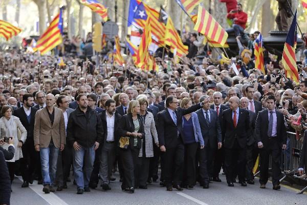 Artur Mas (centro), entre cientos de personas a la salida del Tribunal Superior de Justicia de Cataluña.