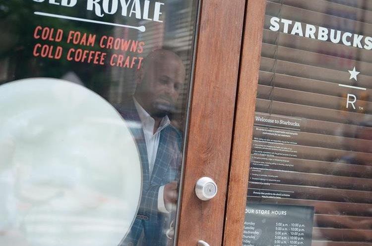 La cadena Starbucks cierra establecimientos para capacitar a empleados para combatir las prácticas racistas. (EFE).
