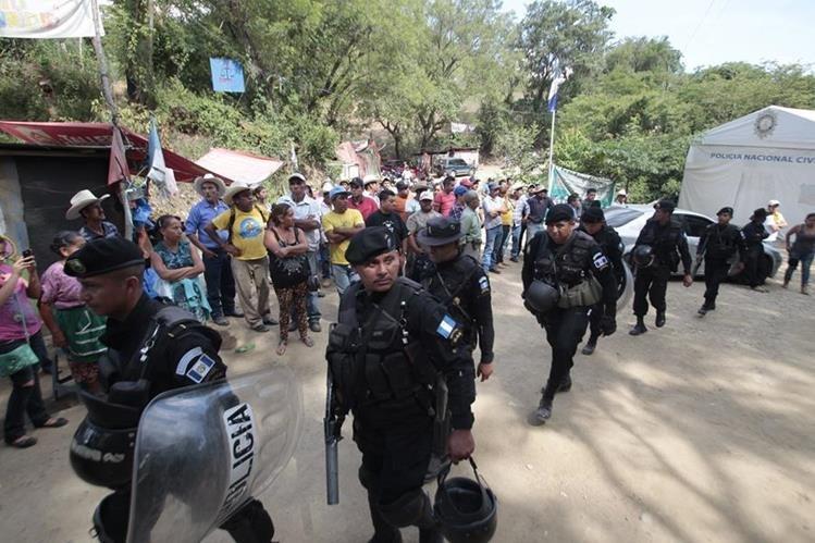 Vecinos de La Puya se han opuesto al proyecto minero y en varias ocasiones su resistencia ha sido disuelta por la PNC. (Foto Prensa Libre: Hemeroteca PL)