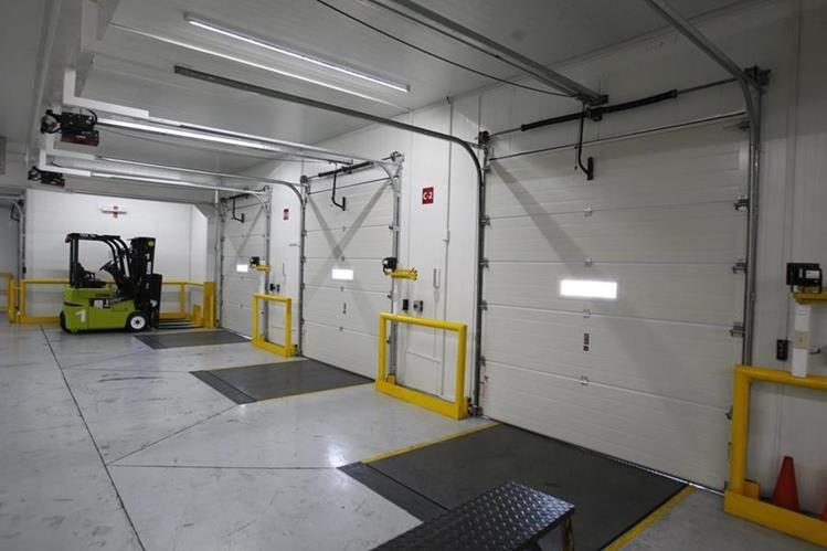 La zona climatizada cuenta con tres puertas de ingreso y rampas automatizadas. (Foto Prensa Libre: Paulo Raquec)