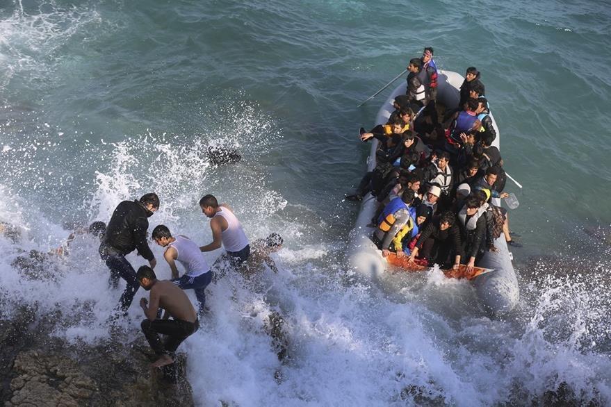 Migrantes al momento de ser rescatados por las autoridades griegas. (Foto Prensa Libre: AP).
