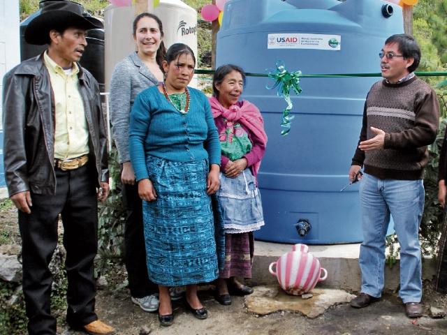 Vecinos y promotores del proyecto en los Cuchumatanes, durante el acto de inauguración. (Foto Prensa Libre: Mike Castillo).