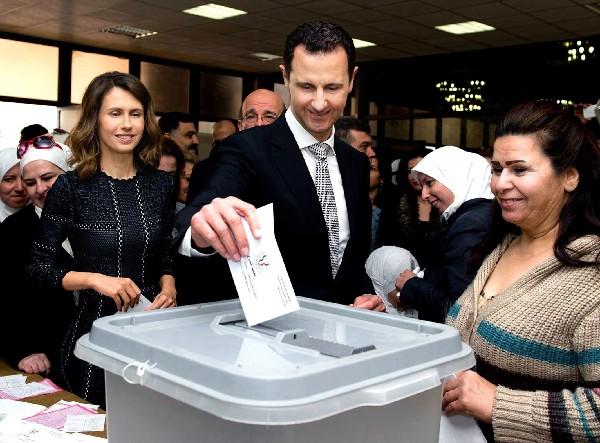 Bachar al Asad y su esposa Asma depositaron sus votos en Damasco.(AP).