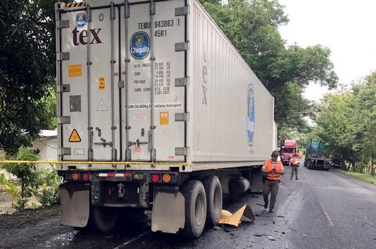 Por causas que aún no se conocen un tráiler chocó contra un picop, en Los Amates, Izabal. (Foto Prensa Libre: Dony Stewart)