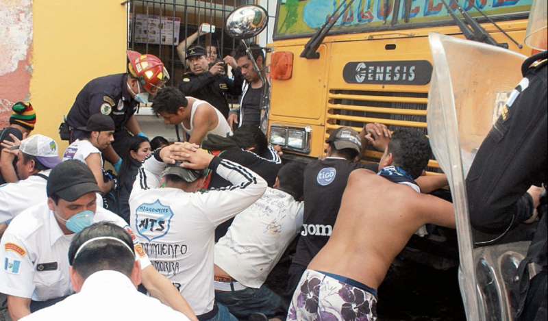 Los aficionados de Comunicaciones causaron problemas en el último partido que su equipo jugó en Antigua Guatemala, el 11 de diciembre del 2016. (Foto Prensa Libre: Hemeroteca PL)