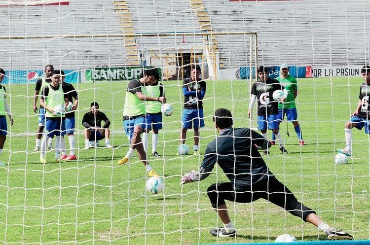 Definición fue el trabajo más intenso durante el entreno de ayer en el estadio Mario Camposeco previo al juego ante Coatepeque. (Foto Prensa Libre: Carlos Ventura).