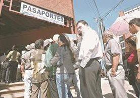 Las personas que renueven su pasaporte recibirán una calcomanía, pues Migración no dará cartillas nuevas sino hasta abril. (Foto Prensa Libre: Hemeroteca PL)