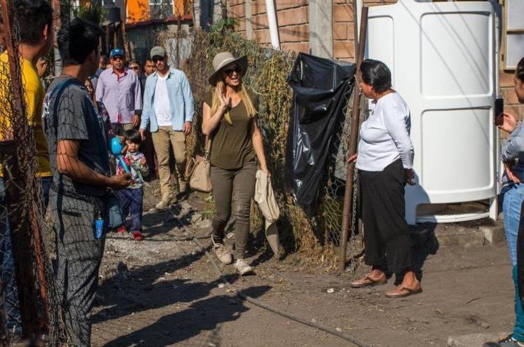 Paris Hilton repartió cobijas a niños mexicanos y se reunió con las familias afectadas por el terremoto. (Foto Prensa Libre: EFE/STR)