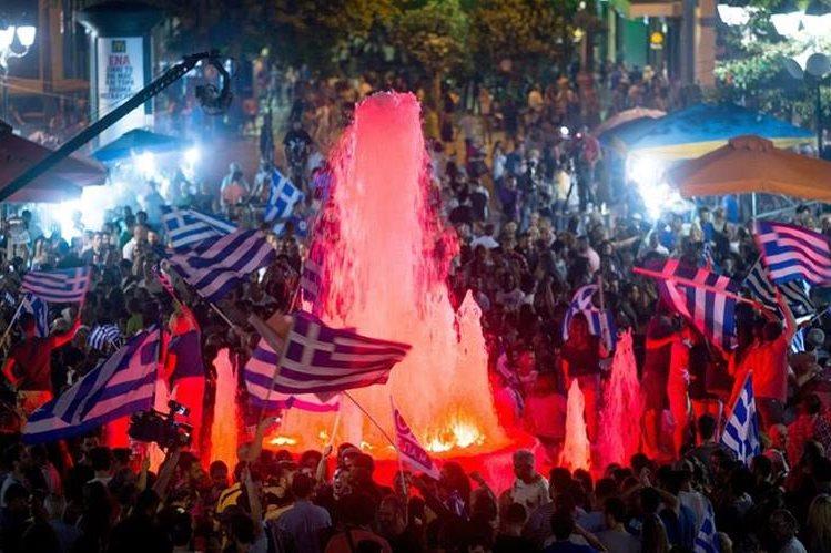 """Partidarios del """"no"""" celebran en Grecia. (Foto Prensa Libre: EFE)."""