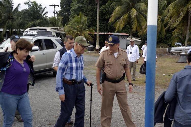 Alejandro Maldonaro recorre las instalacioens del Comando Naval del Caribe. (Foto Prensa Libre)