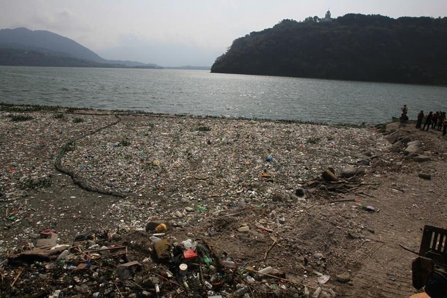El río Villalobos y las Vacas arrastran toneladas de basura al lago, según Amsa. (Foto Prensa Libre: E. García)