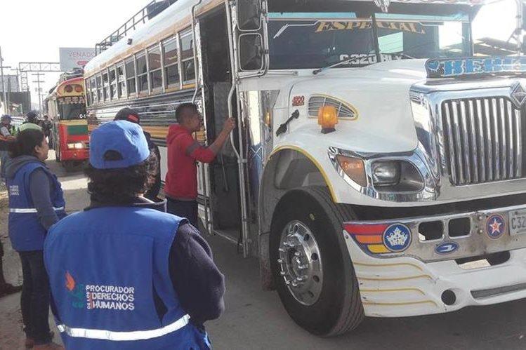 Un autobús es inspeccionado por autoridades en Salcajá, Quetzaltenango. (Foto Prensa Libre: Carlos Ventura)