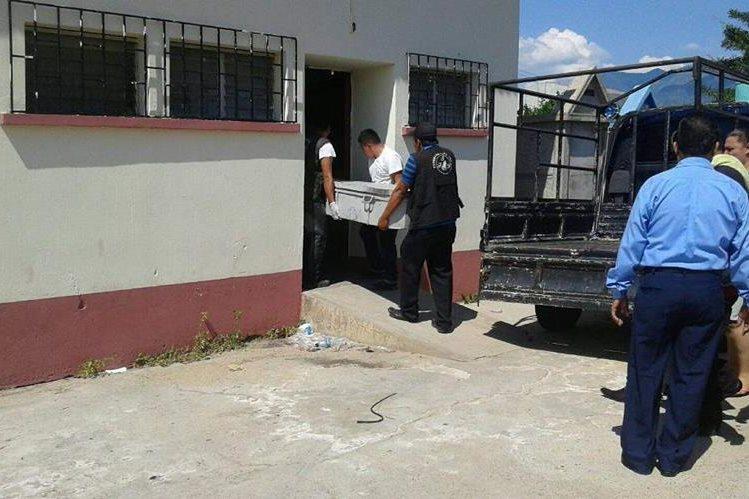 Familiares de madre e hija muertas con arma blanca en Camotán, Chiquimula, sacan cadáveres de morgue, en Chiquimula. (Foto Prensa Libre: Edwin Paxtor)