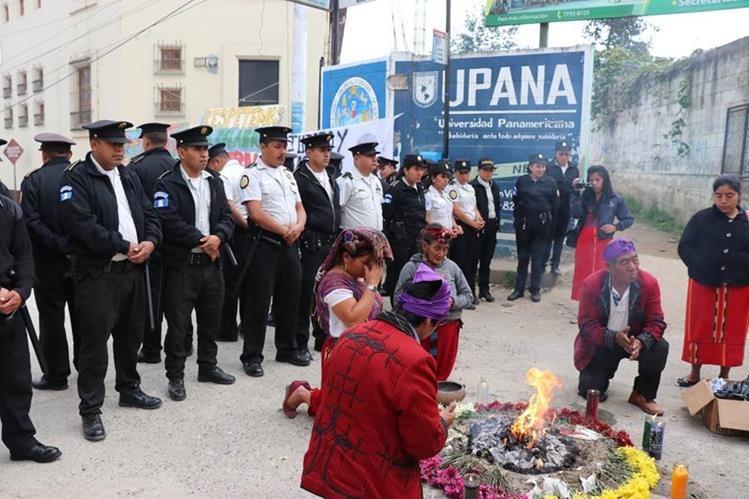 Familiares de víctimas del conflicto armado realizan ceremonia frente a tribunales en Nebaj, Quiché, donde se lleva a cabo la audiencia de reinicio de debate. (Foto Prensa Libre: Héctor Cordero)