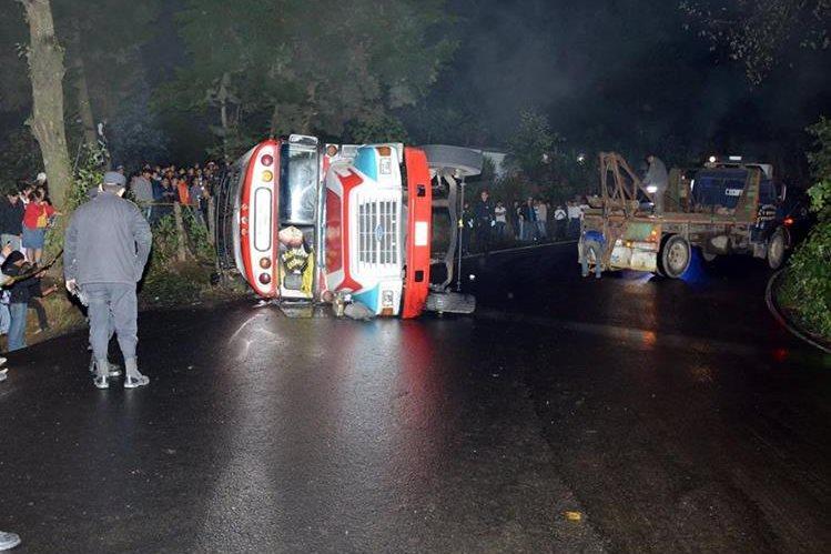 La unidad de transporte extraurbano volcó en la ruta de Quetzaltenango a Colomba.(Foto Prensa Libre: Carlos Ventura)