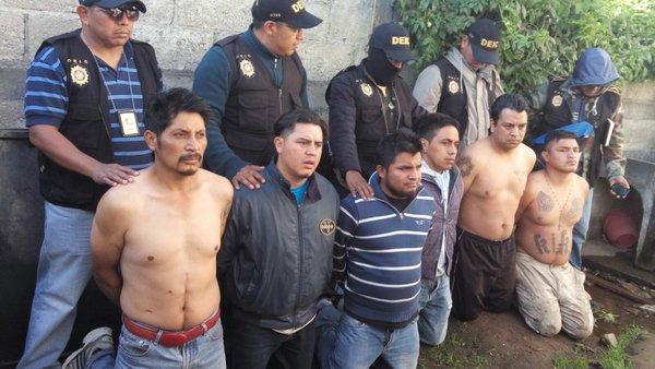 Los seis aprehendidos en La Esperanza, Quetzaltenango, vinculados al crimen contra exreina indígena. (Foto Prensa Libre: PNC)