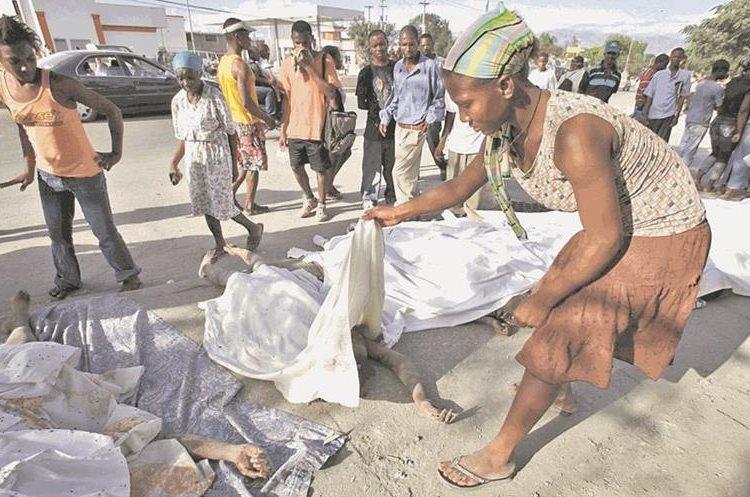Numerosos cadáveres aparecen en las calles de Haití y muestran la magnitud de la tragedia. (Foto: AP)