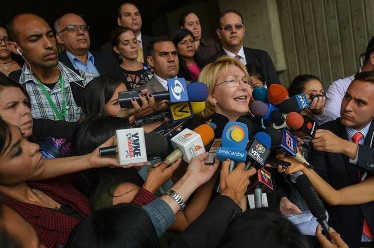Luisa Ortega se dirige a periodistas fuera dela sede de la Corte Suprema de Justicia en Caracas. (AFP).