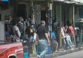 Mercado La Presidenta, donde, según la Policía, venden emblemas robados. (Foto Prensa Libre: Estuardo Paredes)