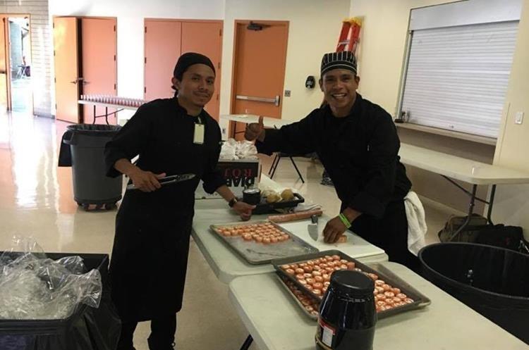 Osman trabaja junto a chefs de diferentes países en la Fuerza Aérea, él es el único guatemalteco en el lugar.