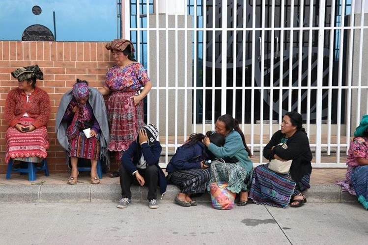 Familiares esperan en las afueras del Instituto Nacional de Ciencias Forenses la entrega del cuerpo de Manuel Gerardo Tzunún Pérez. (Foto Prensa Libre: María José Longo)