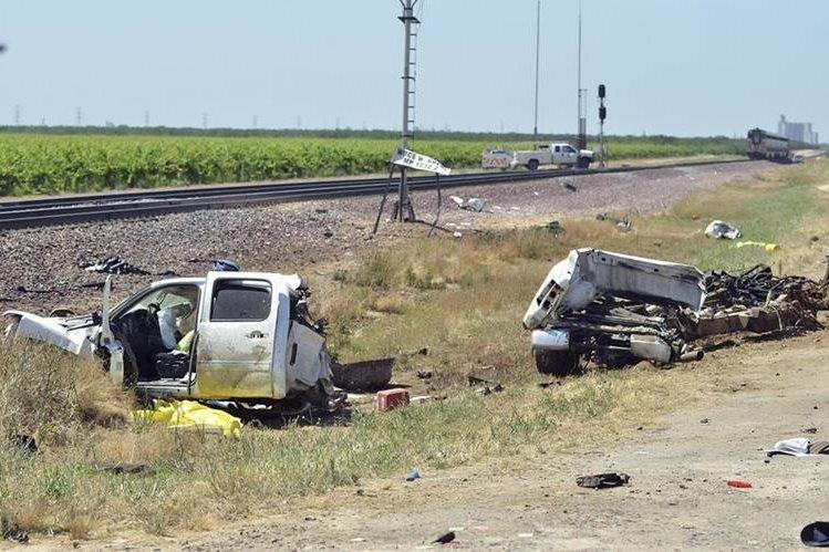 El picop fue partido en dos por el tren en California, EE. UU. (Foto Prensa Libre: AP).