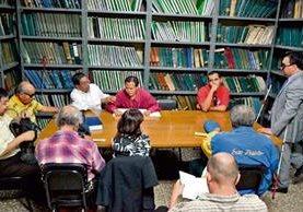 Un grupo de personas, en su mayoría no videntes, se reúnen dos jueves al mes en un club de lectura para conversar sobre temas bíblicos, en la sede de la Biblioteca Braille, en la zona 1.