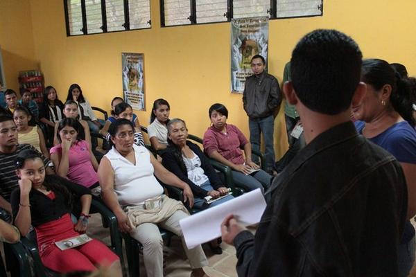 <p>Organizadores y voluntarios de la feria ultiman detalles del evento. (Foto Prensa Libre: Carlos Grave)<br></p>