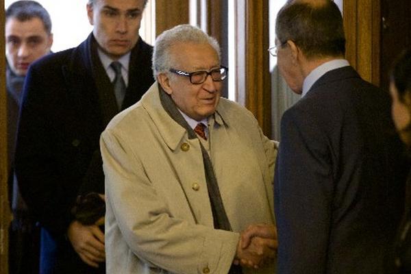 <p>El mediador internacional para Siria, Lajdar Brahimi (centro).</p>