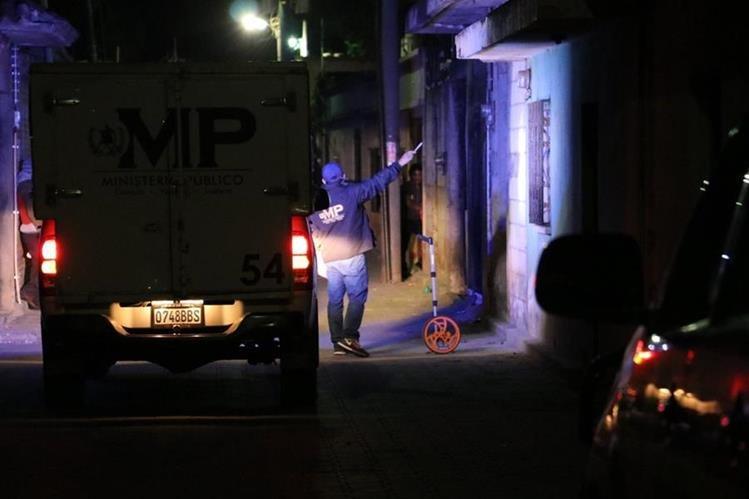 Fiscales del Ministerio Público buscan indicios en la escena del doble crimen, en la zona 2 de Chimaltenango. (Foto Prensa Libre: Víctor Chamalé)