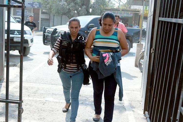 Claudia Rebeca Madrid Cerritos es conducida a una sede policial de Puerto Barrios, luego de que fue detenida por lavado de dinero. (Foto Prensa Libre: Dony Stewart)