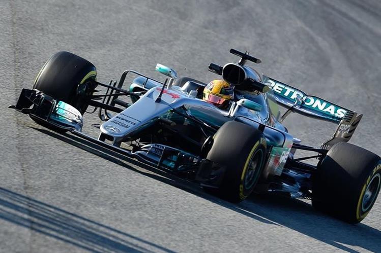 Lewis Hamilton volvió a demostrar sus habilidades al volante. (Foto Prensa Libre: AFP)