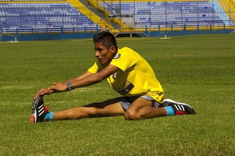 El atleta Mario Pacay realiza su rutina de entrenamiento. (Foto Prensa Libre: Norvin Mendoza)