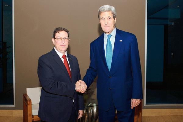 El Secretario de Estado, John Kerry (der) junto al ministro cubano de Relaciones Exteriores, Bruno Rodriguez en Panamà.(Foto Prensa Libre:EFE)