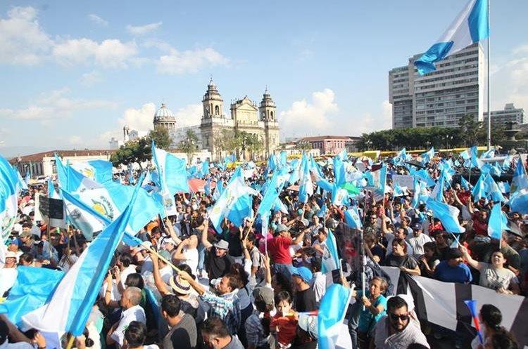 En medio de la crisis política que se vive en Guatemala, miles de personas protestan contra el Gobierno. (Foto Prensa Libre: Érick Ávila)