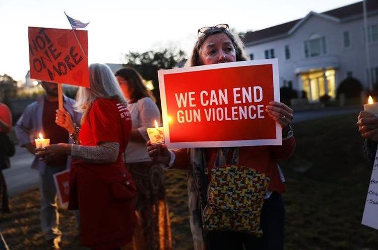 Varias personas han celebrado una vigilia para exigir más rigor con a Ley de Armas de ese país. (Foto Prensa Libre: AFP)