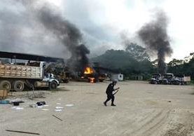 Opositores terminaron de destruir maquinaria que fue quemada en enero de este año. (Foto Prensa Libre)
