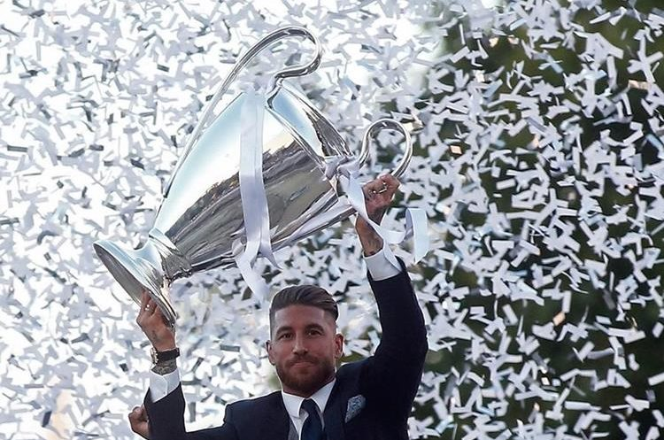 El Real Madrid celebró este domingo la duodécima Copa de Europa en una caravana hacia a la Plaza de Cibeles en la capital española. (Foto Prensa Libre: AFP).