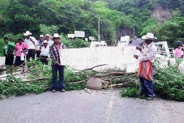 Los vecinos  de las dos comunidades de Chiquimula, que mantienen el bloqueo en la ruta que conduce a la frontera El Florido, indican que permanecerán el lugar hasta que sean escuchadas sus demandas. (Foto Prensa Libre)