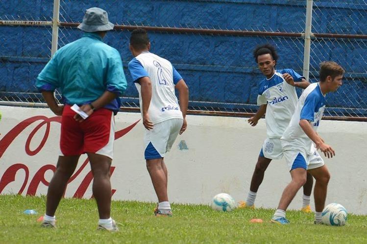 El equipo de Suchitepéquez durante el entrenamiento de la semana en el estadio Carlos Salazar Hijo. (Foto Prensa Libre: Omar Méndez).